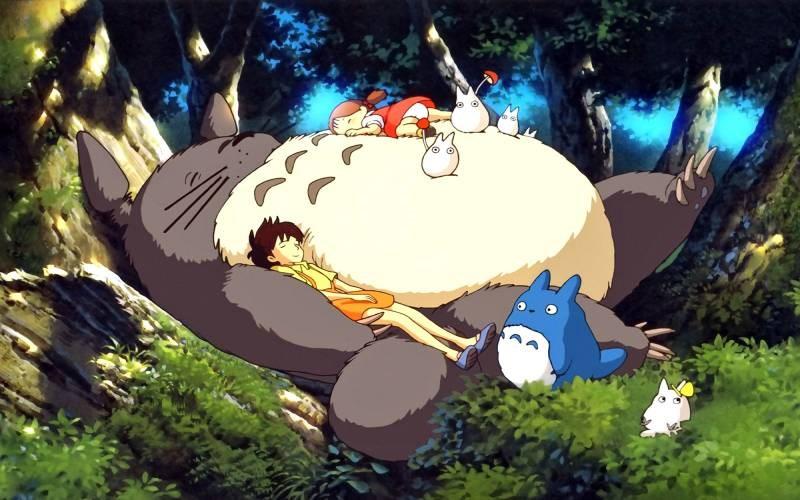 Một cảnh hai chị em nằm chơi trên bụng Totoro
