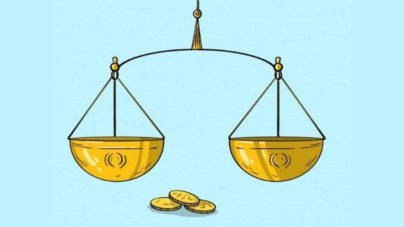 Một nhà buôn có 9 đồng tiền vàng giống hệt nhau nhưng trong đó có 1 đồng tiền giả nhẹ hơn đồng tiền thật. Bằng cân hai đĩa (hình vẽ) bạn hãy hướng dẫn Nhà buôn đó cách tìm ra đồng tiền vàng giả với số lần cân ít nhất.