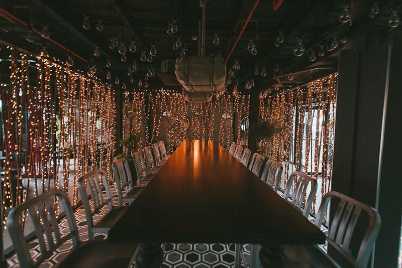 Khu vực ăn uống được trang trí lạ mắt với những dây đèn lấp lánh