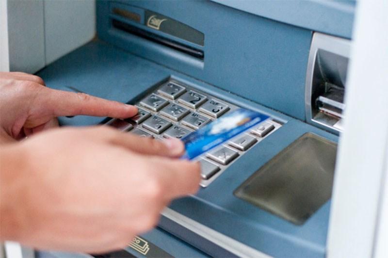 Đưa thẻ vào cây ATM