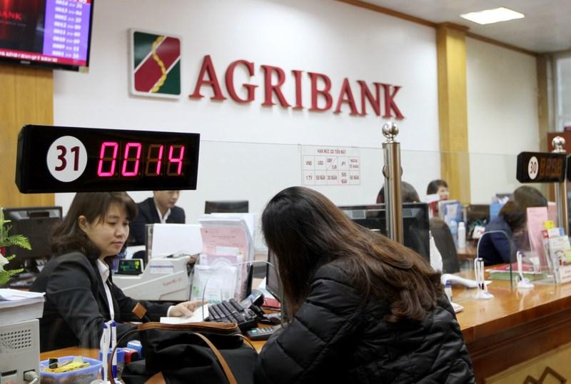 Điền thông tin vào tờ khai do nhân viên ngân hàng cung cấp