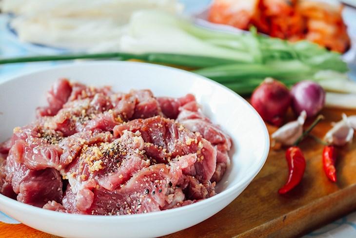 Bước 1 Sơ chế thịt bò Canh kim chi thịt bò