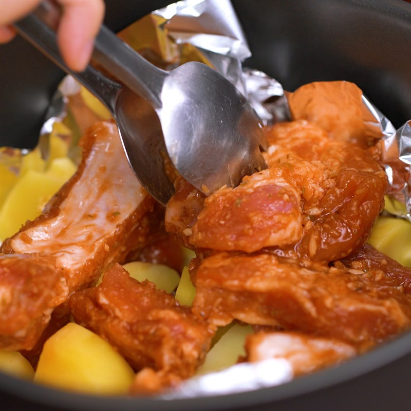 Bước 3 Nướng sườn trong nồi chiên không dầu Sườn nướng khoai tây