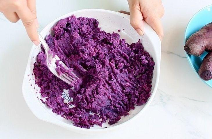 Bước 1 Sơ chế khoai, nghiền bột Cách nấu chè khoai dẻo