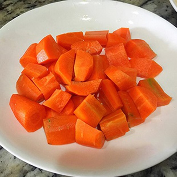 Bước 1 Sơ chế nguyên liệu Nước ép dứa cà rốt