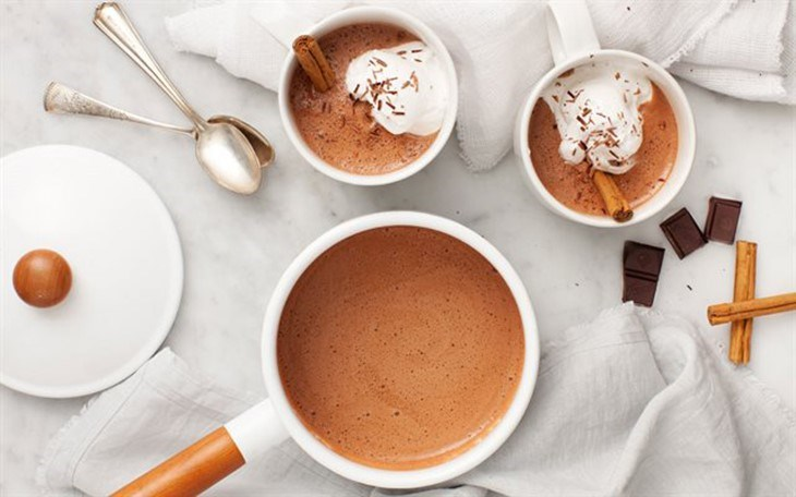Pha cacao nóng bằng bình nước nóng