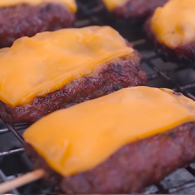 Bước 5 Cho phô mai lên thịt Thịt xiên nướng phô mai kiểu Thái