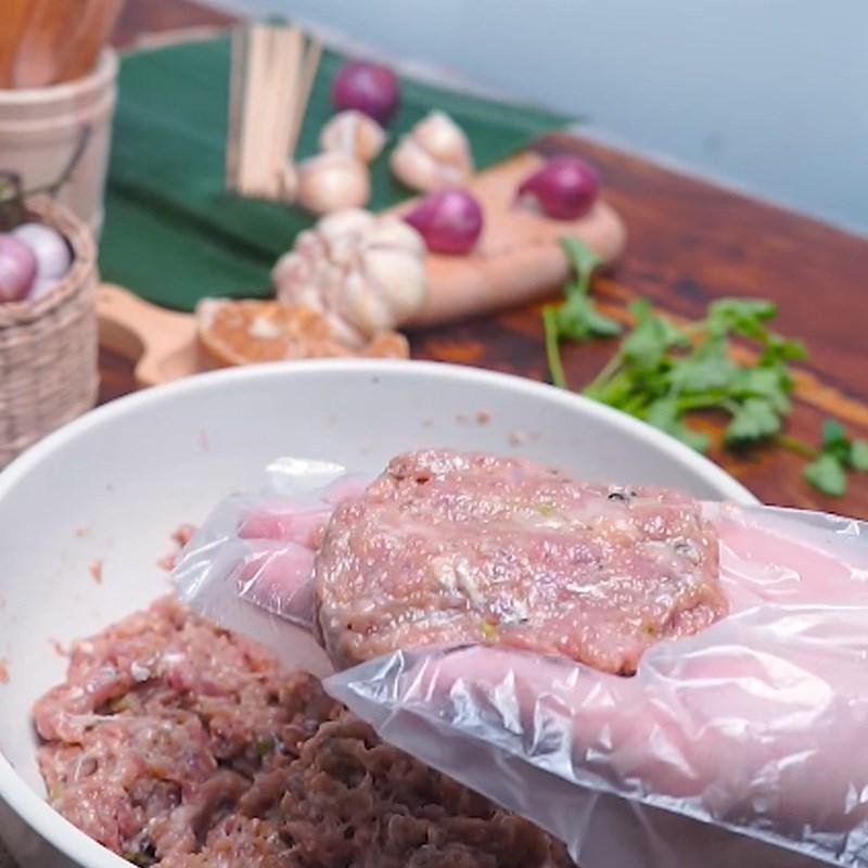 Bước 3 Tạo hình viên thịt Thịt xiên nướng phô mai kiểu Thái