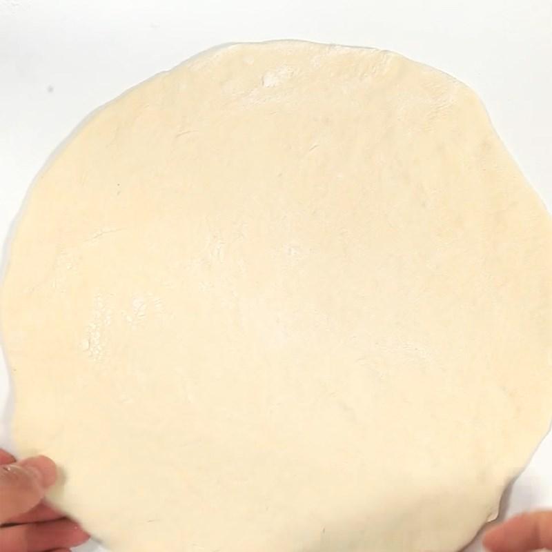 Bước 3 Cán và tạo viền bánh Pizza xúc xích viền phô mai