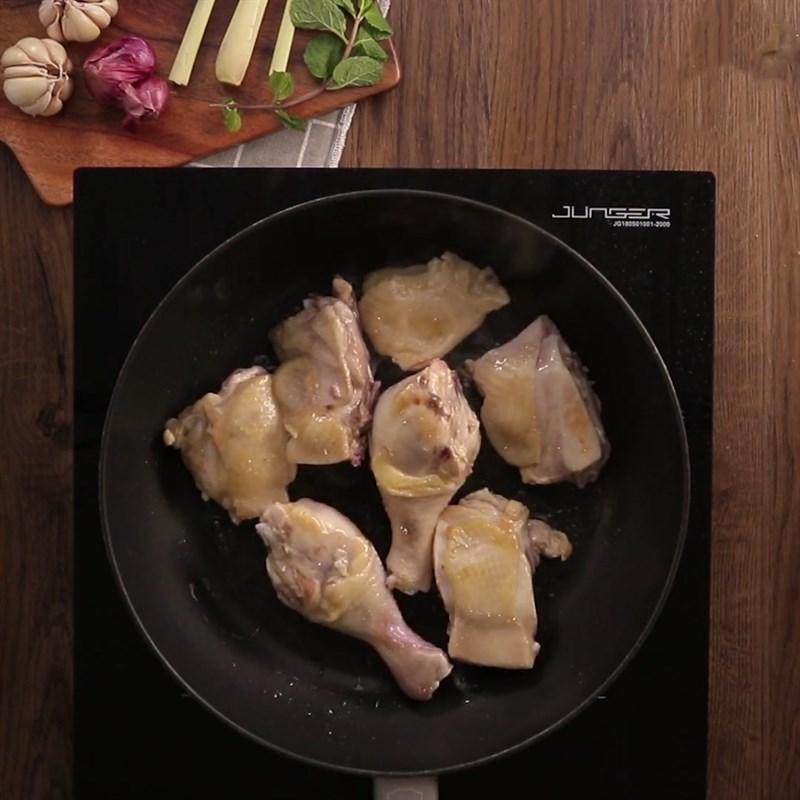 Bước 2 Chiên gà Đùi gà nướng sả ớt