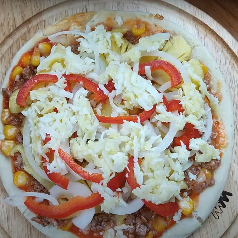 Bước 3 Cho nhân lên đế bánh Pizza bò dứa
