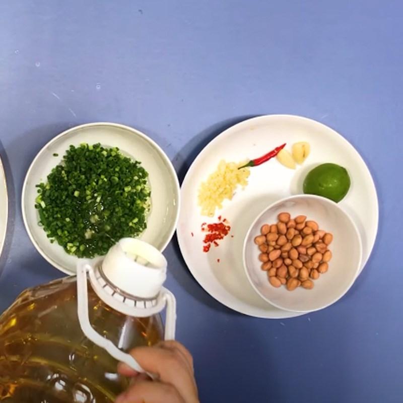 Bước 3 Làm mỡ hành và rang đậu phộng Cá saba nướng giấy bạc mỡ hành