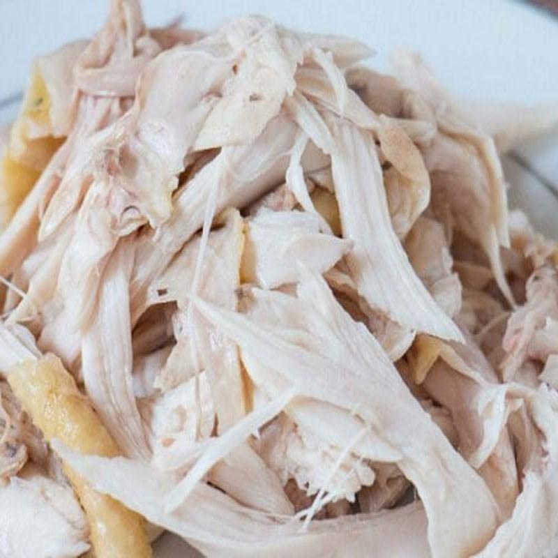 Bước 1 Luộc và xé thịt gà Gỏi bưởi thịt gà