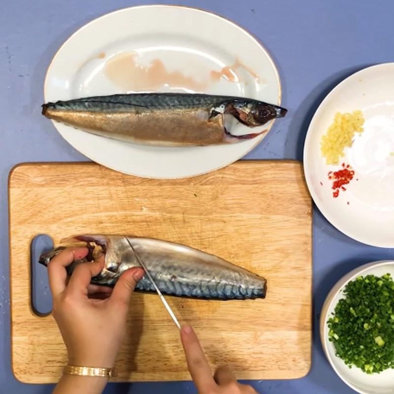 Bước 1 Sơ chế nguyên liệu Cá saba nướng giấy bạc mỡ hành