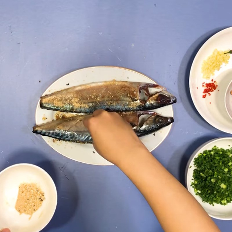 Bước 2 Ướp cá Cá saba nướng giấy bạc mỡ hành
