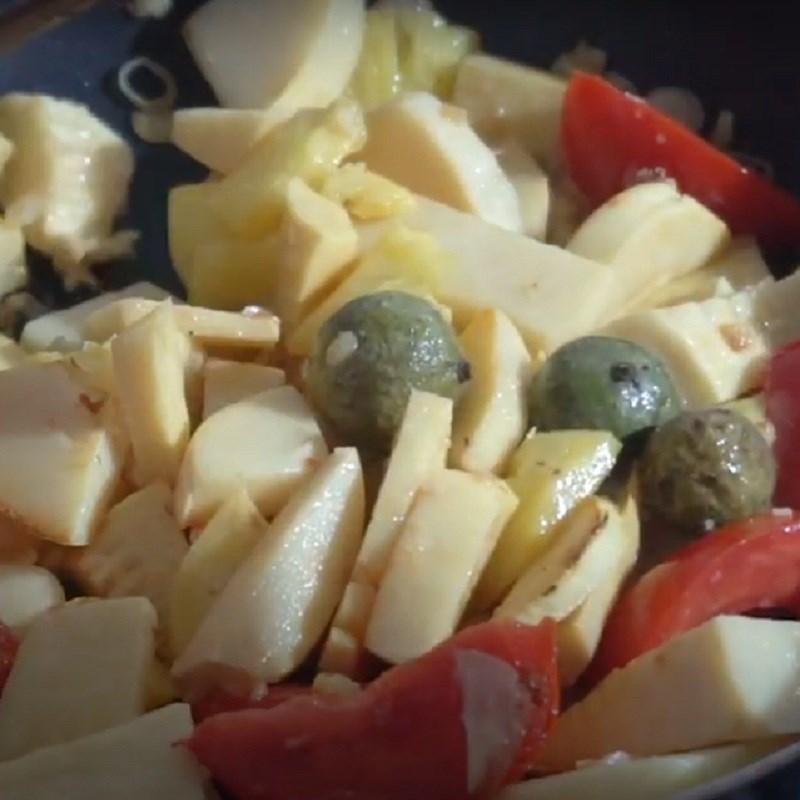 Bước 4 Xào sơ nguyên liệu Canh chua cá tầm