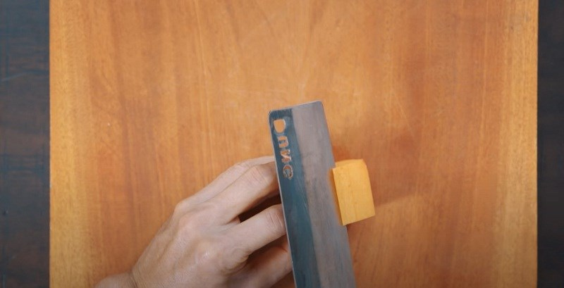 Bắt đầu cắt lượn chữ C hoặc chữa S từ các đỉnh ngũ giác