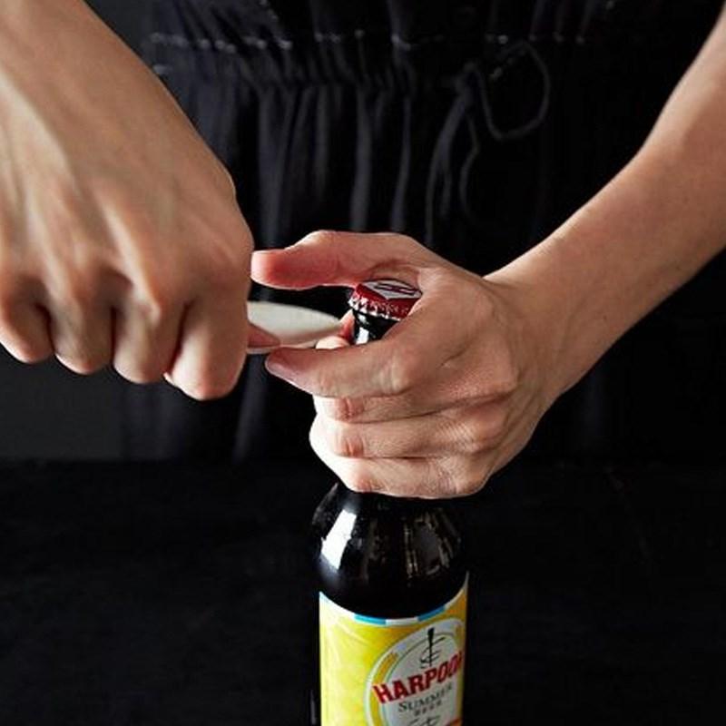Dùng muỗng mở lần lượt các cạnh của nắp chai.