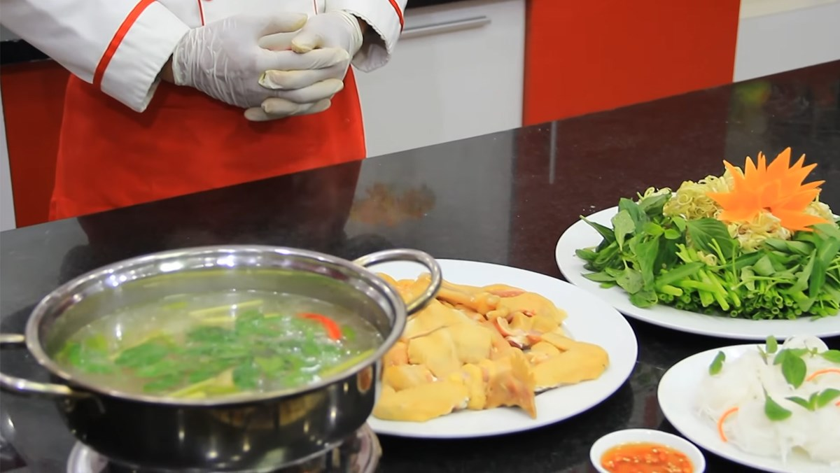2 cách nấu lẩu gà chanh ớt và lá quế ngon đơn giản ấm bụng ngày mưa