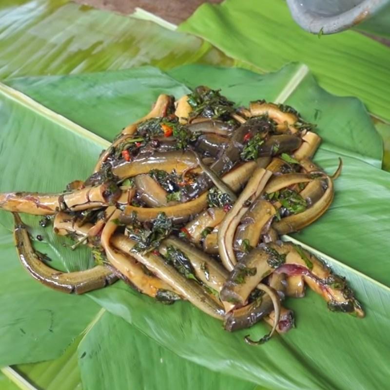 Bước 3 Nhồi và quấn lươn Lươn nướng ống tre và lá chuối
