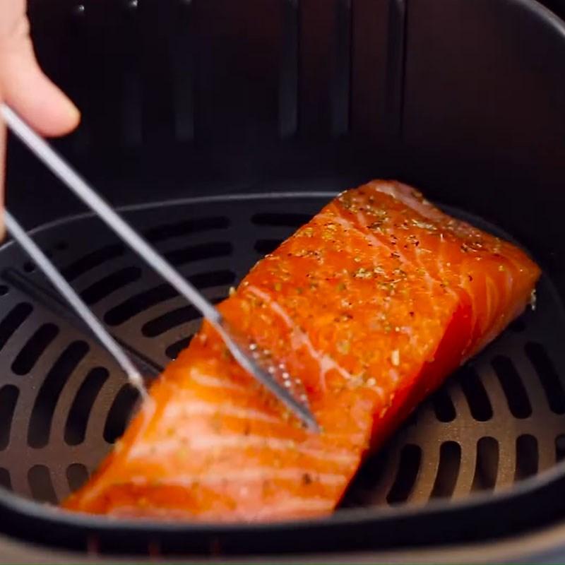 Bước 2 Nướng cá hồi Cá hồi nướng sốt bơ chanh
