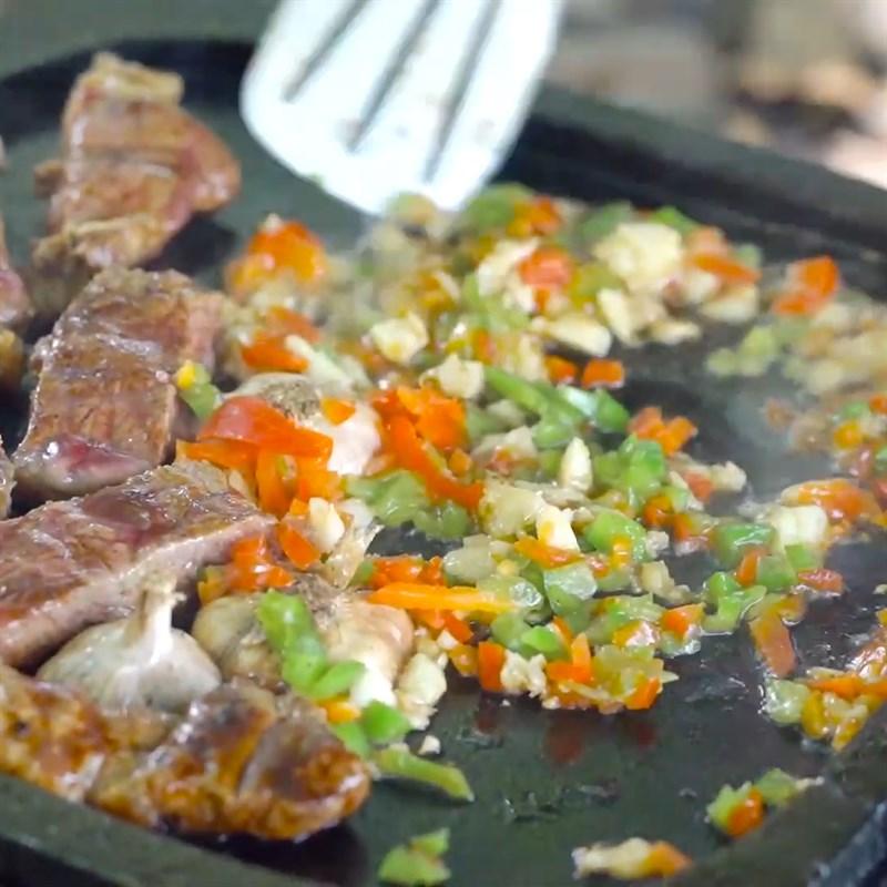 Bước 3 Cho gia vị lên miếng bò Thịt bò nướng đá