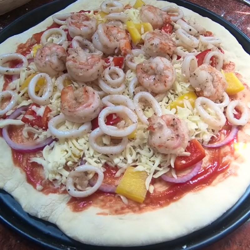 Bước 4 Cho nhân lên đế bánh Pizza hải sản phô mai