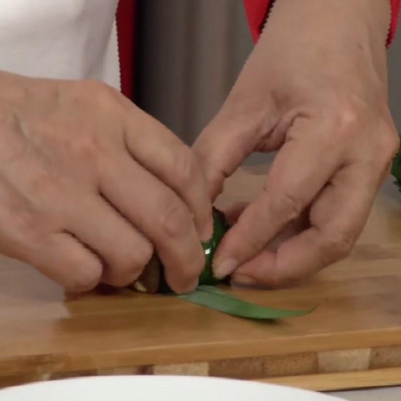 Bước 3 Cuốn lươn Lươn nướng thịt xông khói cuộn lá dứa