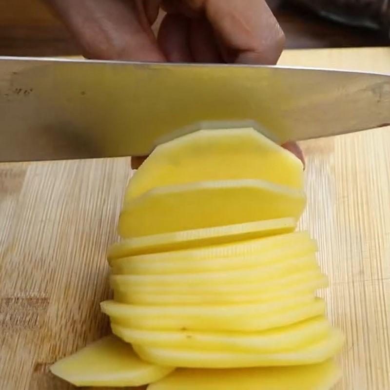 Bước 1 Sơ chế khoai tây Khoai tây nướng trứng