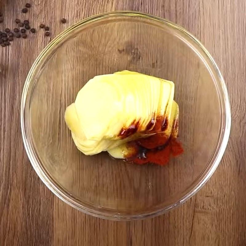 Bước 2 Ướp khoai tây Khoai tây nướng trứng
