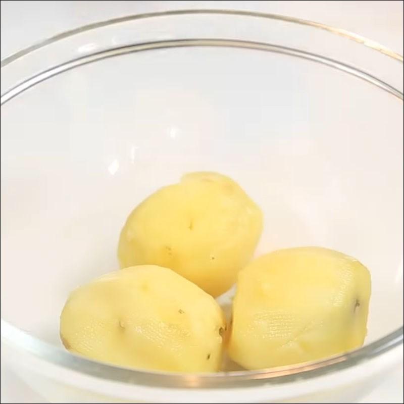 Bước 3 Luộc khoai tây Khoai tây nghiền nướng sốt vang