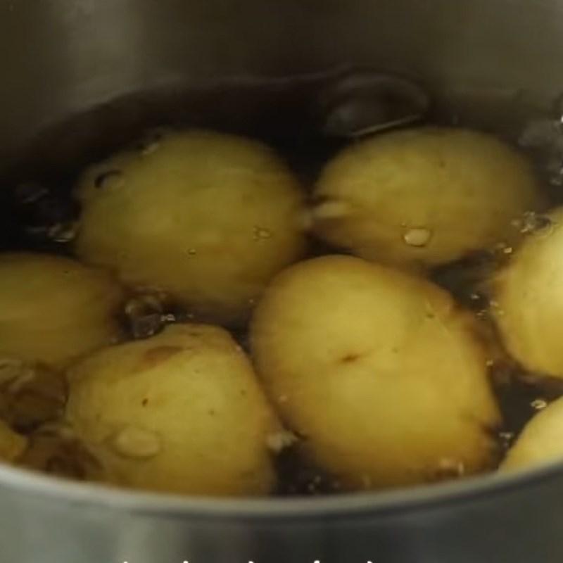 Bước 2 Luộc khoai tây Gà đút lò sốt bơ