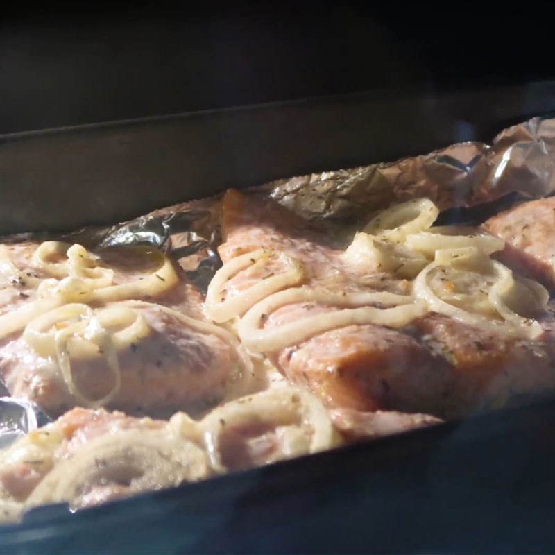 Bước 2 Nướng cá hồi Cá hồi nướng bơ tỏi