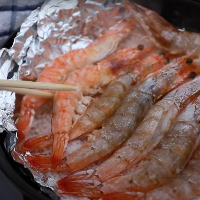 Bước 2 Nướng tôm Tôm nướng muối bằng nồi