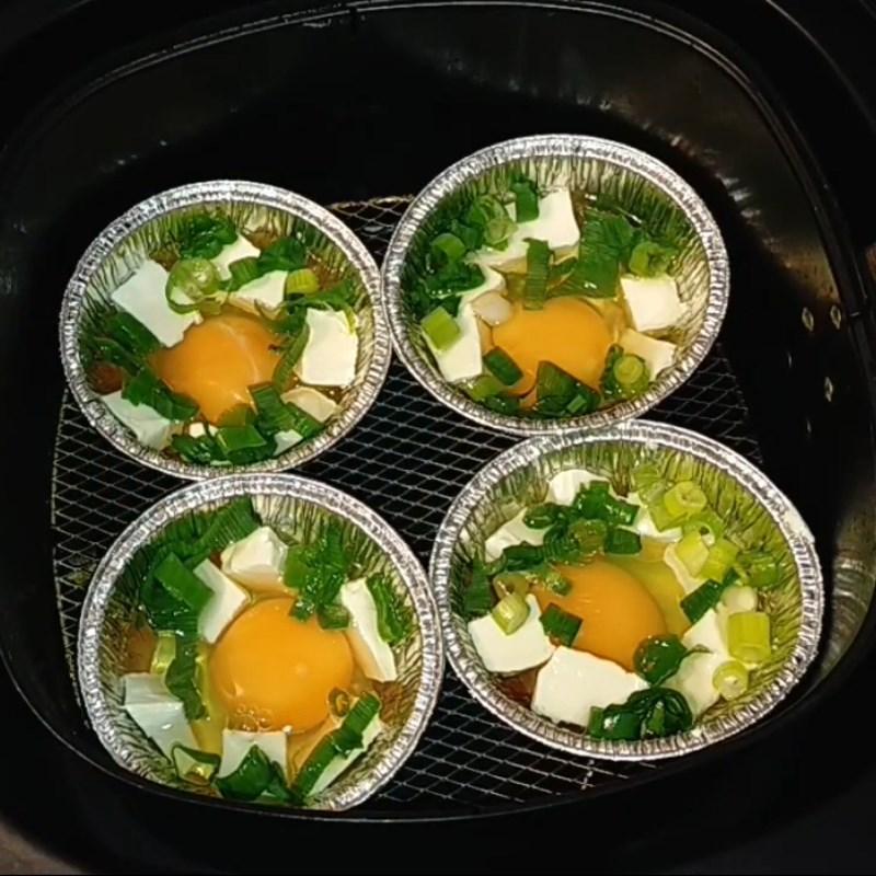 Bước 2 Nướng trứng bằng nồi chiên không dầu Trứng nướng bằng nồi chiên không dầu