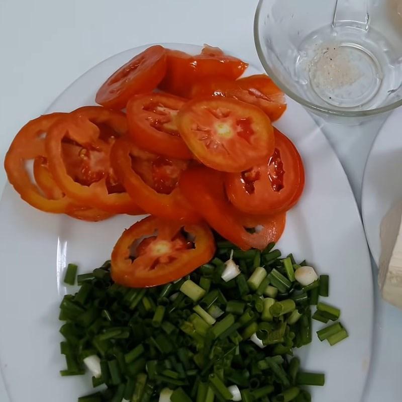 Bước 1 Sơ chế nguyên liệu Canh cà chua trứng đậu phụ