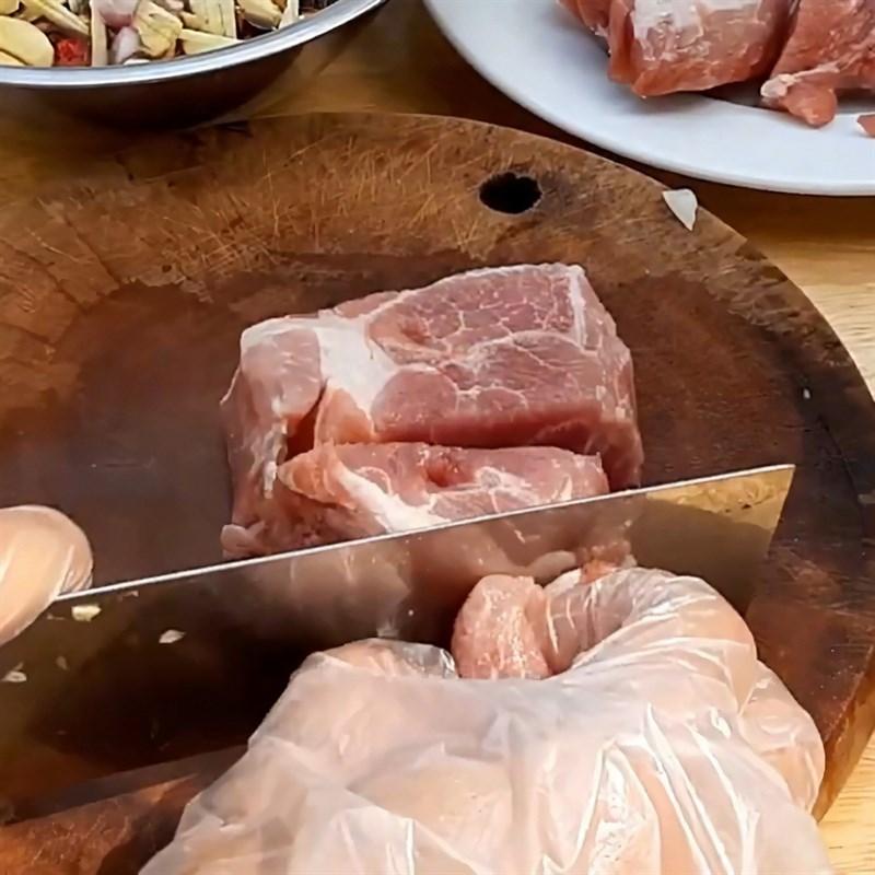Bước 2 Sơ chế thịt heo Cá chép kho riềng
