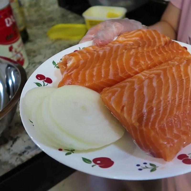 Bước 1 Sơ chế và ướp cá hồi Cá hồi nướng bơ tỏi