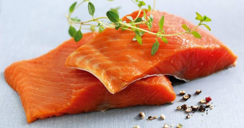 không nên ăn cá hồi quá nhiều