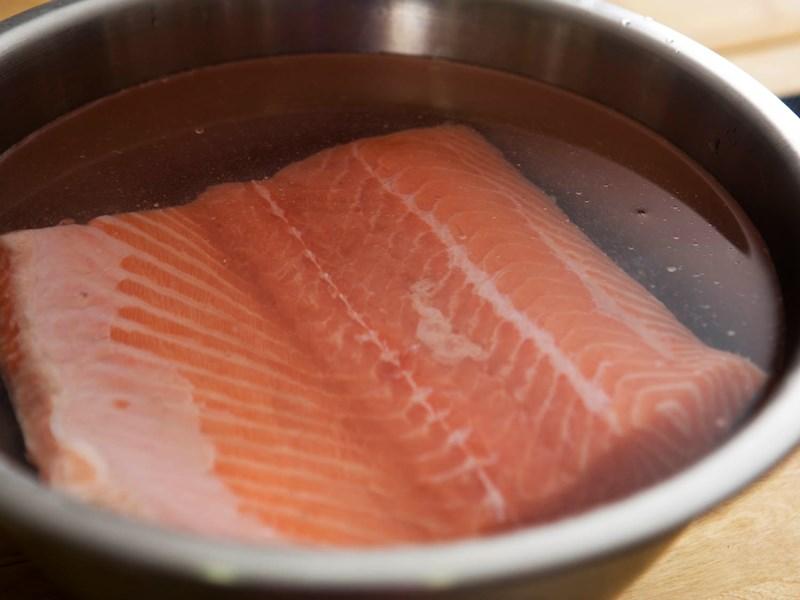 khử mùi tanh cá hồi bằng rượu và gừng