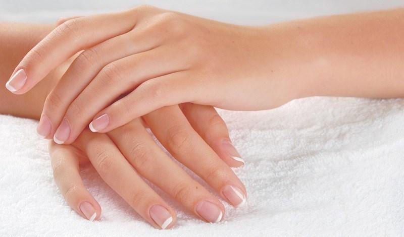 Hạn chế thoa tinh dầu hoa hồng trực tiếp lên da