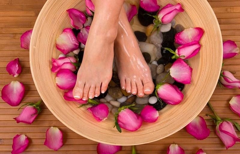 Pha tinh dầu hoa hồng với nước ngâm chân