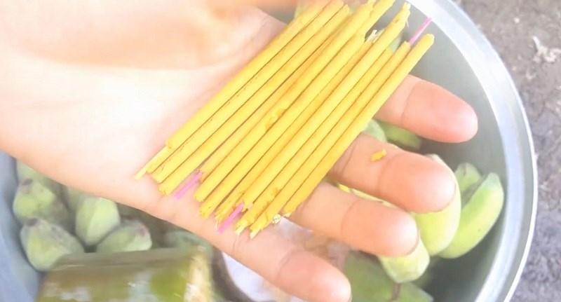 Bẻ mỗi cây hương thành 3 khúc đều nhau