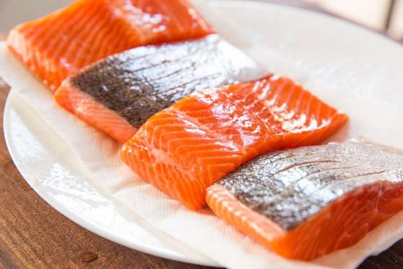rã đông cá hồi bằng tủ lạnh