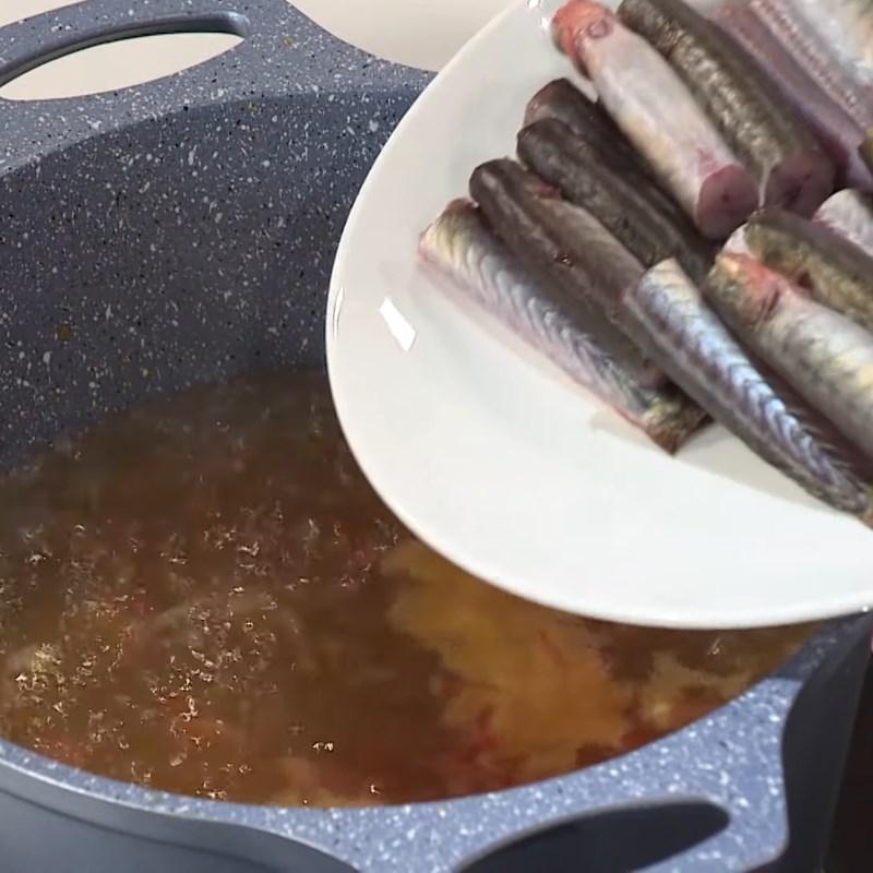 Bước 4 Nấu cá kèo Cách nấu canh chua cá kèo