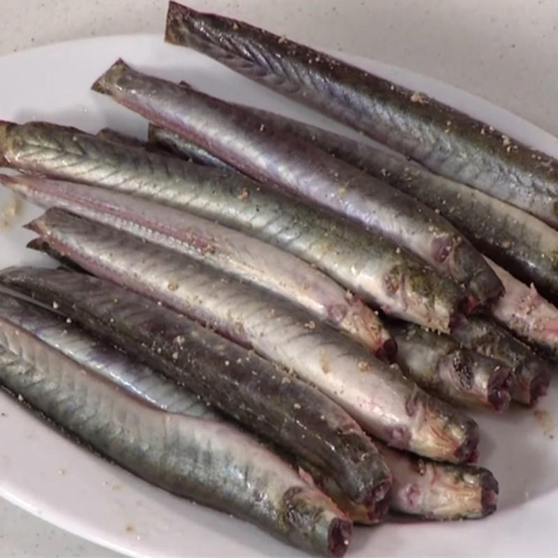 Bước 1 Sơ chế cá kèo Cách nấu canh chua cá kèo