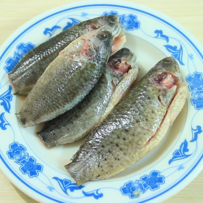 Bước 1 Sơ chế cá rô Canh chua cá rô