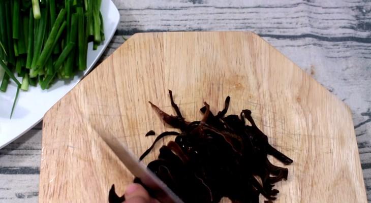 Bước 2 Sơ chế các nguyên liệu khác Cá lóc hấp hành