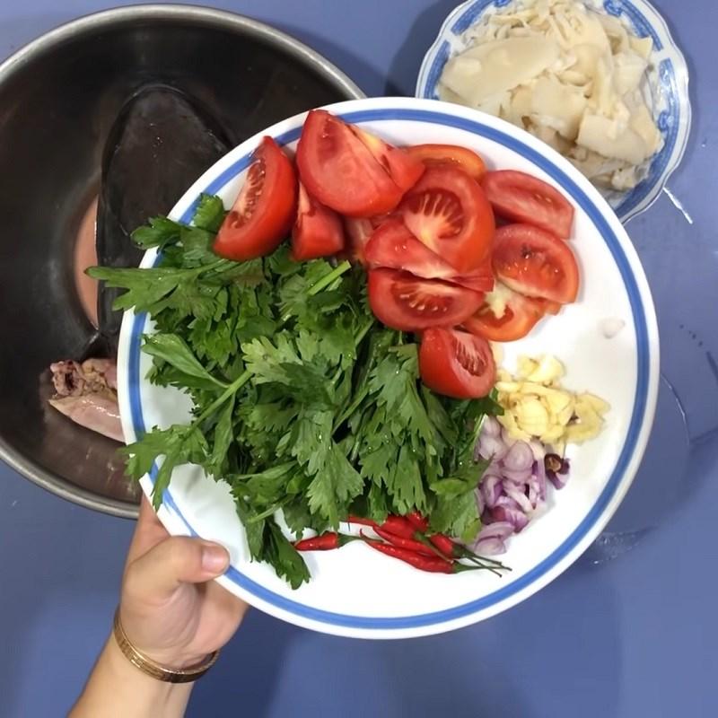 Bước 3 Sơ chế các nguyên liệu khác Canh chua cá bớp nấu măng