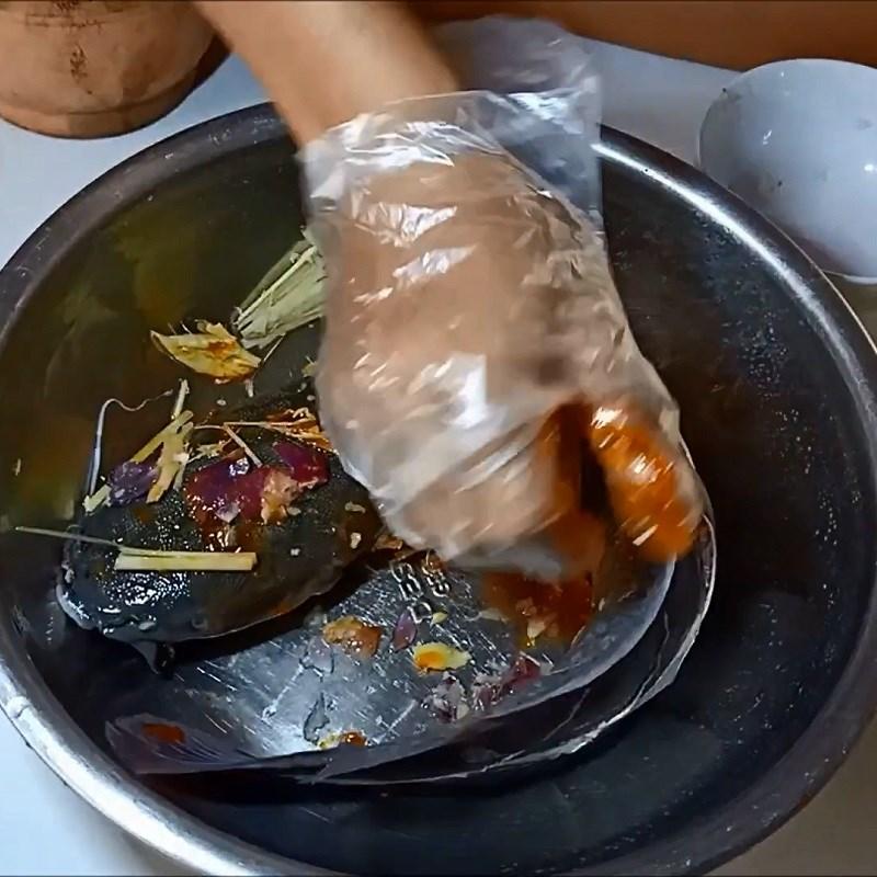Bước 1 Sơ chế và ướp cá Cá trê nướng lá chuối